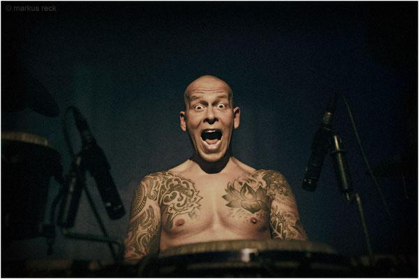 MÄDDI TATION - Percussionist aus Hamburg während eines Gigs in Berlin