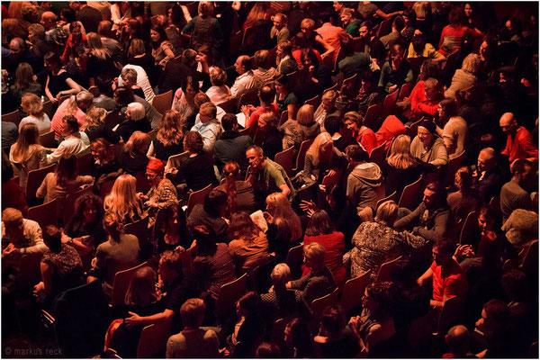 Unterhaltungen im Publikum während des Großevents HUMAN RISING in Berlin