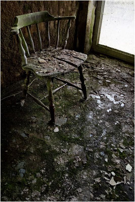 """""""WEICHER STUHL"""" -  Zu hohe Luftfeuchtigkeit in der Wohnung lässt leider selbst massivhölzerne Sitzmöbel morsch werden, bietet allerdings gleichzeitig ganz hervorragende Bedingungen für ambitionierte Züchter von Grünspan und Schimmelpilzen."""