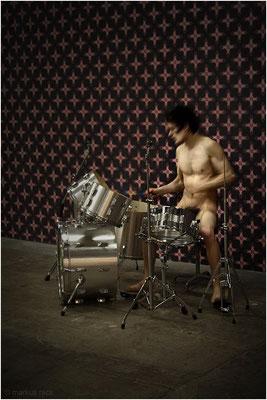 """Performance LITTLE DRUMMER BOY vor der AKTTAPETE CROSSBODY im Rahmen der Ausstellung """"akträume - fotografien von markus reck"""" - Pfeilerhalle E-Werk Freiburg"""