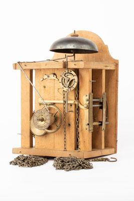 Lackschilduhr mit Schlagwerk und Wecker, Ph. Haas & Söhne, um 1900, Übersichtsfoto des Uhrwerks