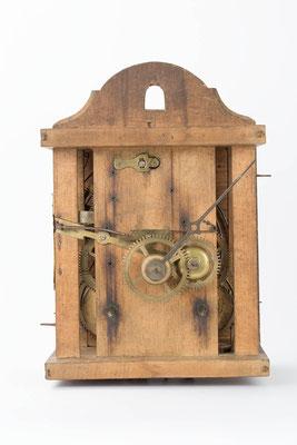 Vorderansicht, in Holz gespindeltes 8-Tage Uhrwerk von Fiedel Krieger in Lenzkirch