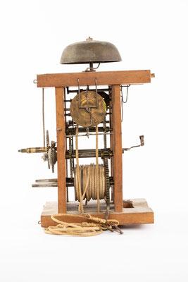 Schwarzwälder Uhrwerk, Alois Dilger, Altglashütte um 1860, Seitenansicht von rechts