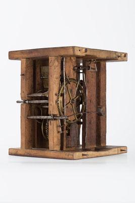 Rückseite, Uhrwerk mit Holzplatinen, Gangdauer 24 Stunden von Fidel Fürderer um 1860