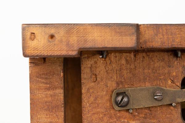 Winterhalder & Hofmeier, 8 Tage Uhrwerk mit Holzplatinen und Schlag auf Tonfeder, Detailaufnahme
