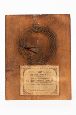 Winterhalder & Hofmeier, 8 Tage Uhrwerk mit Holzplatinen und Schlag auf Tonfeder, Rückwand mit Tonfeder