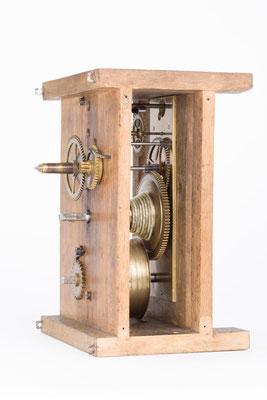 Blick auf die aufgesschraubte Messingplatine im Uhrwerk