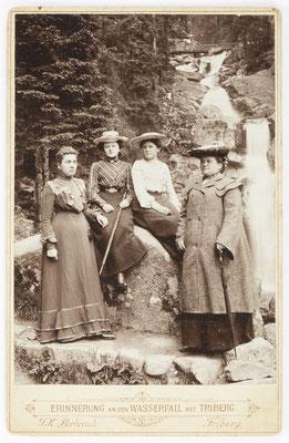 Historisches Foto, Triberger Wasserfall mit vier Frauen, um 1900