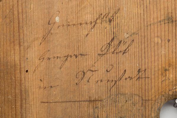 Detail Signatur, Lackschild mit barocker Formensprache, Gregor Blöt in Neustadt, um 1830