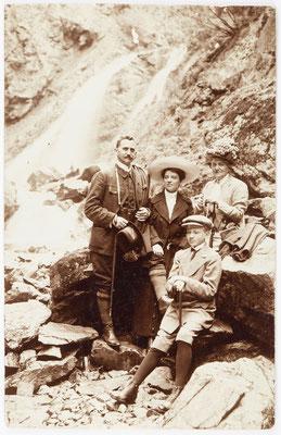 Historisches Familienfoto am Wasserfall in der Ravenaschlucht, 8 Juli 1912