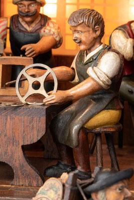 Schwarzwälder Uhrmacherwerkstatt: Zahnräder ausfeilen