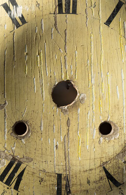 Restaurierung Schwarzwälder Lackschild, Vorzustand, Streiflichtaufnahme Zifferblatt