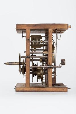 Seitenansicht, Uhrwerk mit Holzplatinen, Gangdauer 24 Stunden von Fidel Fürderer um 1860