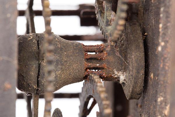 Räderwerk der Kuckucksuhr vor der Restaurierung