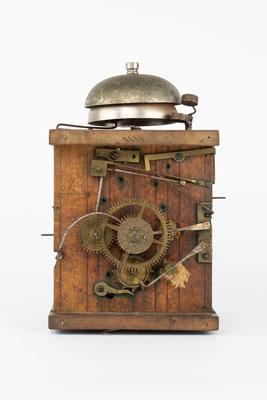 Uhrwerk mit Surrer und Wecker, Schwarzwald 2. Hälfte 19. Jahrhundert, Vorderansicht