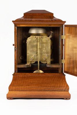 Tischuhr, Anton Breger Uhrmacher in Vöhrenbach, Schwarzwald um 1860, Rückseite mit geöffnetem Türchen