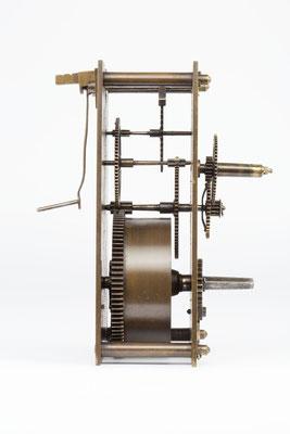 Seitenansicht von links - 8 Tage Uhrwerk von Samuel Kammerer Furtwangen (Schwarzwald) um 1865