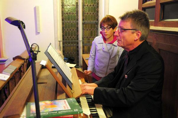 An der Orgel Matthias Balzer und Eva Brück an den Noten
