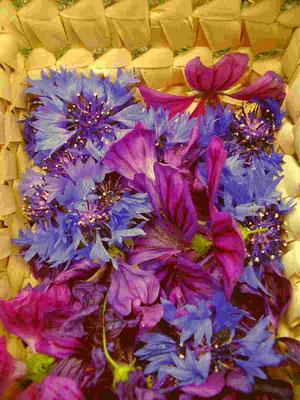 Kornblumenblüten und Malvenblüten