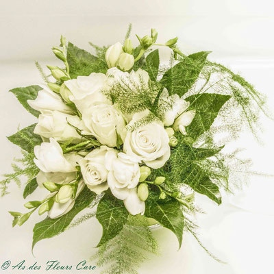 Bouquet de mariée roses blanches-frésia