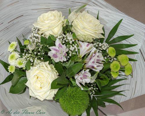 Bouquet graphique roses blanches-oeillets-alstromeria