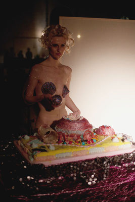 """Happy Birthday, Ms. Monroe"", Performance, Bernadette Anzengruber, Torte Veronika Merklein und Julischka Stengele, Foto. Christian Messner"
