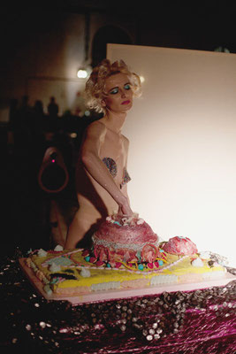 """""""Happy Birthday, Ms. Monroe"""", Performance, Bernadette Anzengruber, Torte Veronika Merklein und Julischka Stengele, Foto. Christian Messner"""