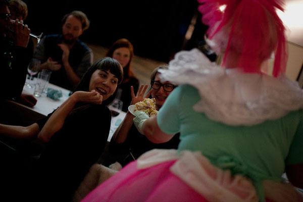 Tortenfeeperformance, Veronika Merklein und Julischka Stengele, Foto: Christian Messner