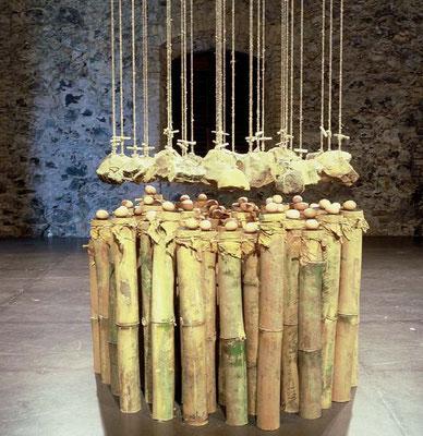 """""""Mère Nature dicte ses lois"""" - pierre, bambou, tissus, œufs, ficelles, chanvre - Martinique, 2004."""