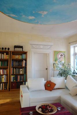 Wohnzimmer mit gemaltem Himmel und ägyptischen Hohlkehlen, Wandmalerei von Daniela Rutica und Himmelsmalerei von Angela Kaiser, 2018