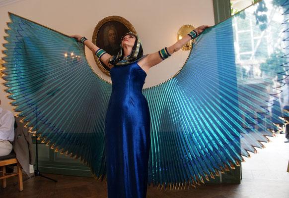 Shahrazad als Göttin Isis-Hathor mit blauen Isis-Wings