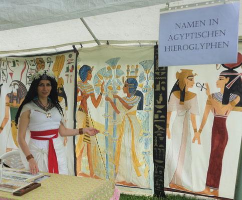 Pharaonische Schreiberin mit Hieroglyphen-Stand auf einer Veranstaltung