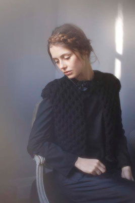 Cordélia : gilet tricoté main France, 100% laine vierge. Bianca : faux-col passementerie. Isabella : blouse, 100% coton - Jeanne Berre