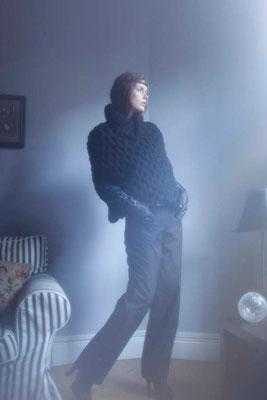 Rosalind : cape tricotée main France, 100% laine vierge. Tamota : pantalon, 100% coton - Jeanne Berre