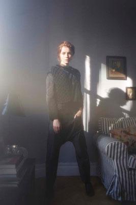 Cordélia : gilet tricoté main France, 100% laine vierge. Bianca : faux-col passementerie. Isabella : blouse, 100% coton. Barney : sarouel, 100% satin de coton - Jeanne Berre