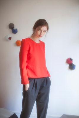 Oreste, blouse à basque, 100% polyester japonais. Ary, pantalon carotte, laine mélangée - Collection Thalia - Jeanne Berre