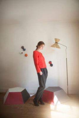 Ary, pantalon carotte, laine mélangée. Oreste, blouse à basque, 100% polyester japonais - Collection Thalia - Jeanne Berre