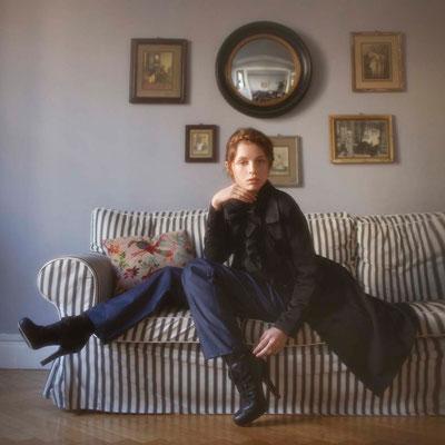 Héra : manteau-blouson, laine mélangée, satin. Tamota : pantalon, 100% satin de coton - Jeanne Berre
