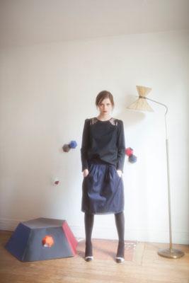 Ysandre, jupe trois plis, 100% coton - Néphélie, blouse, 100% coton, empiècement dentelle 100% polyester - Collection Thalia - Jeanne Berre