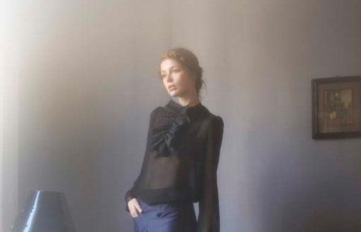 Bianca : faux-col 100% coton. Lady M : blouse 100% soie. Tamota : pantalon, 100% satin de coton - Jeanne Berre