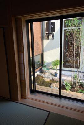 和室から中庭を見る
