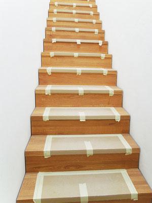 Aufgesattelte Wangentreppe mit geringem Stufenüberstand und Setzstufen
