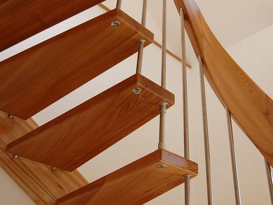 Bolzentreppe mit freitragendem Treppengeländer und Handlaufkrümmling