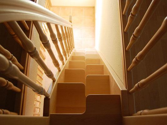 Gerade Raumspartreppe mit wechselseitigem Auftritt (geschweifte Stufen)