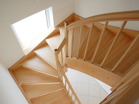 1/2-gewendelte Holztreppe mit eingestemmten Stufen