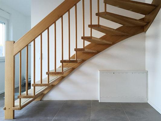 1/4-gewendelte Bolzentreppe mit freitragender Geländerseite