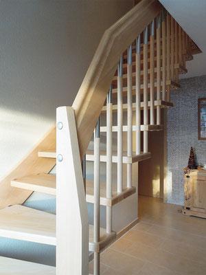 Bolzentreppe mit freitragendem Treppengeländer