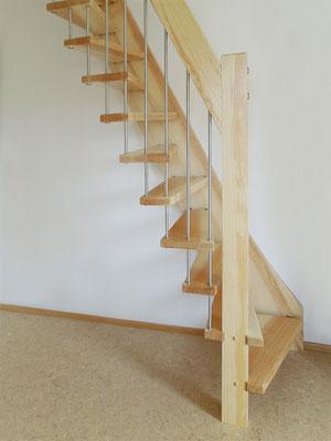 Raumspartreppe mit freitragendem Treppengländer und Geländerstäbe aus Edelstahl
