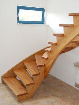 Treppe mit eingestemmter Wandwange und aufgesattelter Innenwange