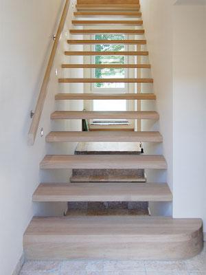 Treppe mit direkt in der Wand eingelassenen Stufen und Blockstufe im Antritt
